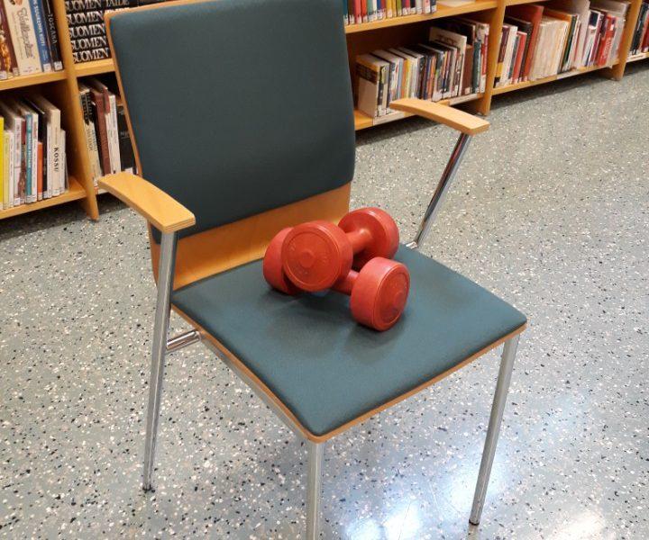 käsipainot tuolilla